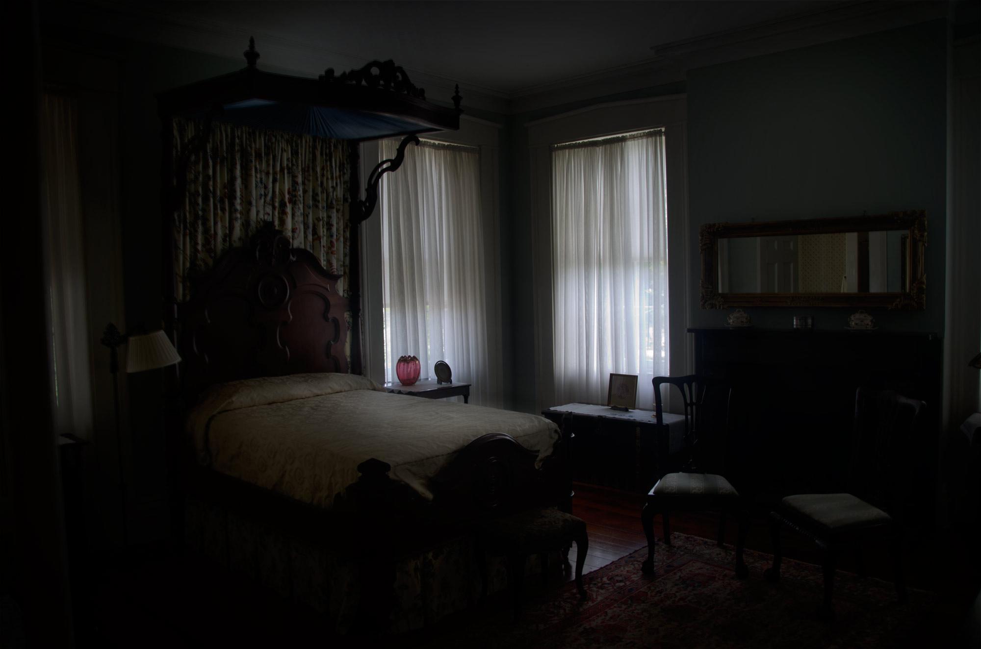 тъмна спалня